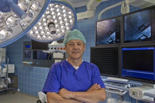Professor Dr. Georg Wollert im Operationssaal