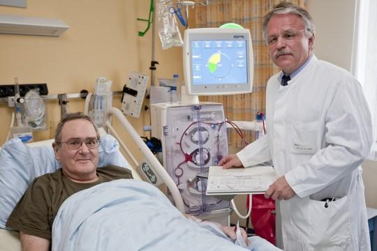 Professor Dr. Hermann Haller mit Patient Wolf-Dieter Hartmann