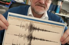 Prof. Jentzsch mit Seismogramm vom Erdbeben in Japan im März 2011