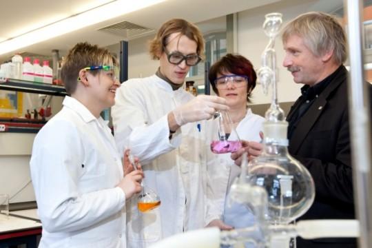 Prof. Peter Scharff bei Laborversuchen